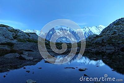 在月光,阿尔卑斯之下的Mont Blanc