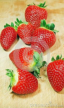 在木头的草莓