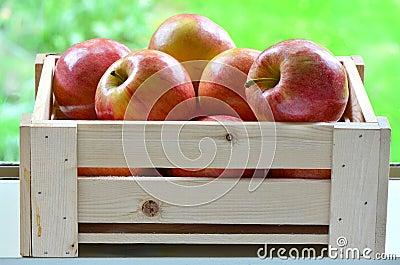 在条板箱的苹果