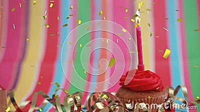 在杯形蛋糕和五彩纸屑的蜡烛 股票视频