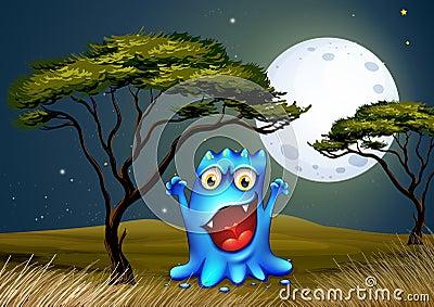 在树附近的一个妖怪在明亮的fullmoon下
