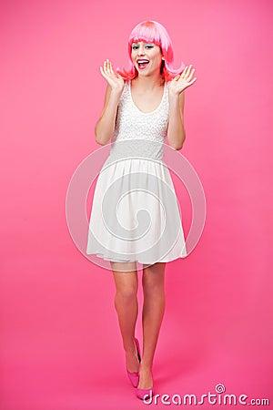 在桃红色背景的美丽的少妇