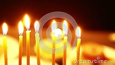在桌上是有灼烧的蜡烛的光明节的一个烛台