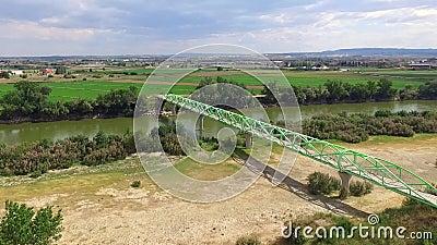 在河侧视图的人行桥 股票视频