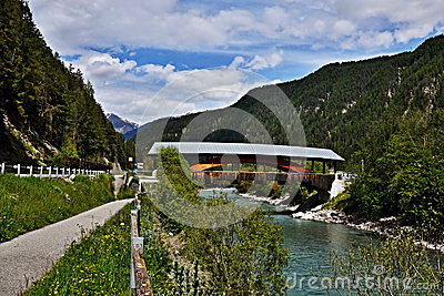 在河旅馆的瑞士阿尔卑斯桥梁