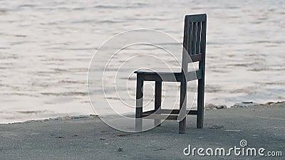 在沿海岸区的唯一椅子 股票视频