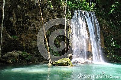 在泰国- Erawan瀑布的瀑布)
