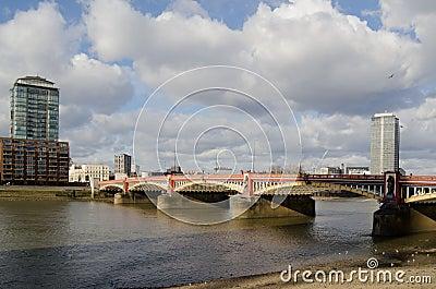 在泰晤士河的Vauxhall桥梁