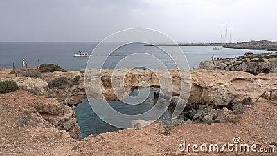 在海塞浦路斯爱桥梁风景的船 影视素材