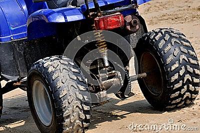在海滩沙子的摩托车