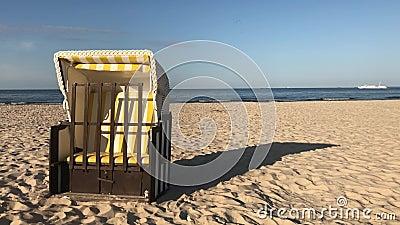 在海滩的典型的海滩睡椅在阿尔贝克 股票视频