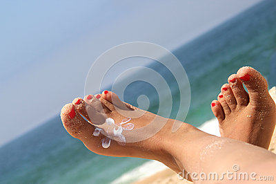 在海滩的女性英尺