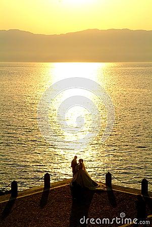 在海滩的最近已婚夫妇