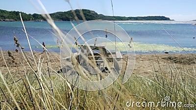 在海滩的木野餐长凳在挪威 股票录像