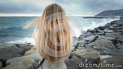 在海的风暴期间女孩在海滩站立 股票视频