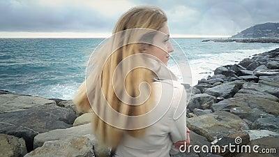 在海的风暴期间女孩在海滩站立 影视素材