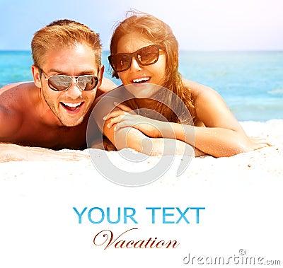 在海滩的愉快的夫妇
