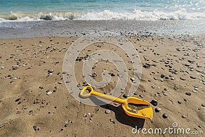 在海滩的锹