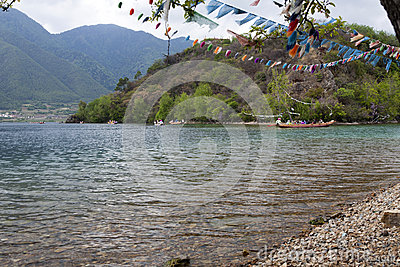 在清楚的湖的船民 编辑类照片