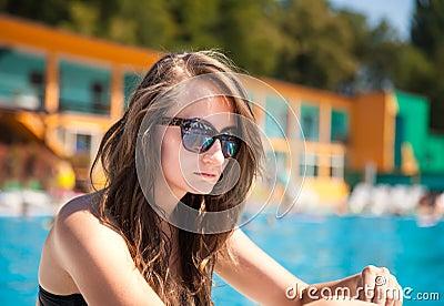 在游泳池附近的妇女
