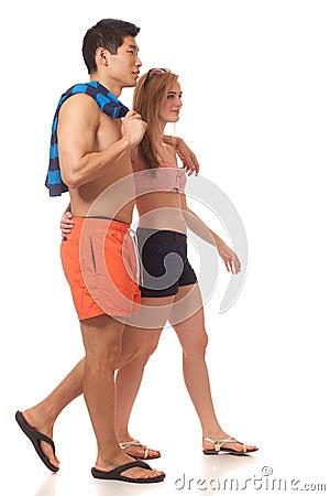 在游泳衣的新夫妇