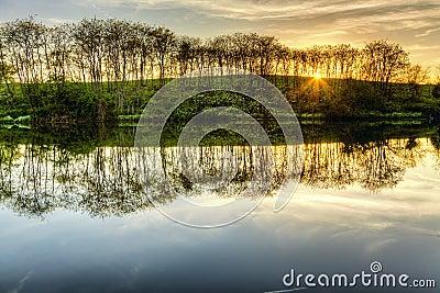 在湖的日落