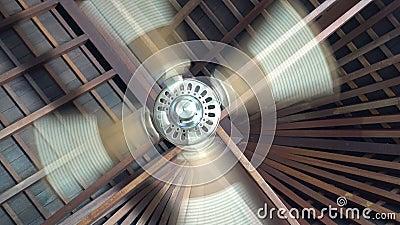 在热带度假胜地的木制别墅天花板下旋转吊扇,吊扇是安装在房间天花板上的机械风扇 影视素材