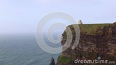 在爱尔兰莫赫令人印象深刻的悬崖上阳光明媚的风日,奥布赖恩塔 古塔山崖景观 股票录像