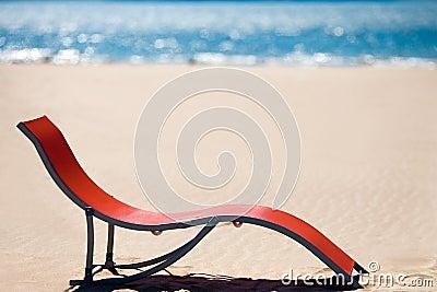 在田园诗热带沙子海滩的海滩睡椅