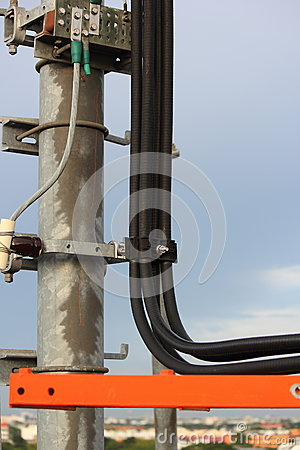 在电线杆的缆绳。