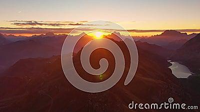 在白云岩的日出 山和谷鸟瞰图  拉戈di Fedaia,波尔扎诺自治省和特伦托自治省 秋天 影视素材
