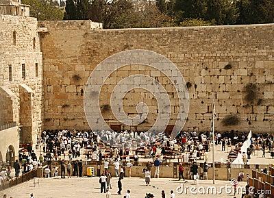 在祷告附近的耶路撒冷犹太人围住西& 编辑类库存图片