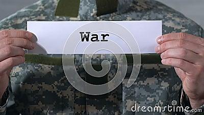 在纸写的战争在男性战士、敌意和不稳定的手 股票视频