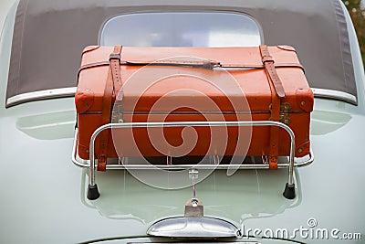 在经典汽车的后部皮箱