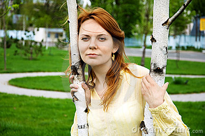 在结构树妇女年轻人附近