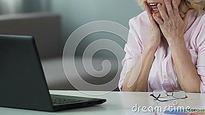 在网上她的50s读书优胜者名单的幸运夫人,欣喜她的抽奖胜利 影视素材