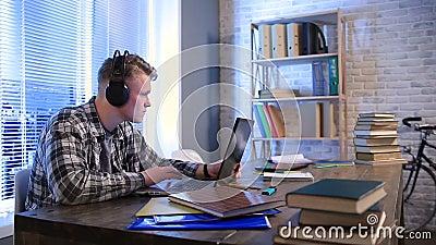 在网上学会与耳机和膝上型计算机的学生 股票视频