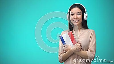 在耳机,书的女孩听的法国音频教训在手,翻译上 股票录像
