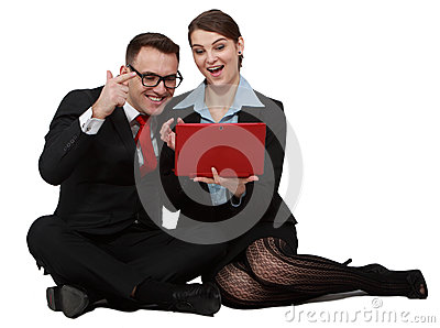 在膝上型计算机的愉快的年轻夫妇