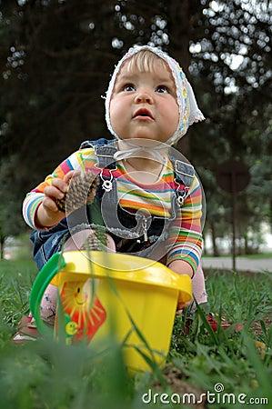 在草的小的女孩作用