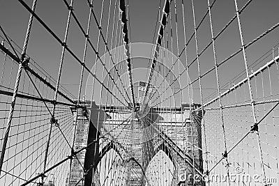 在著名布鲁克林大桥顶部的美国国旗