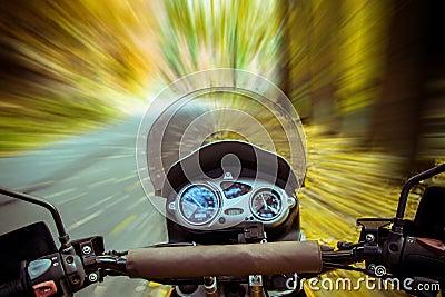 在行动的摩托车