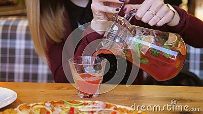 在表关闭的咖啡馆妇女手倒从蒸馏瓶的汁液入玻璃 股票视频