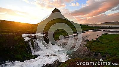 在西部冰岛Kirkyufetl山瀑布的全景春天落下在日落 股票录像