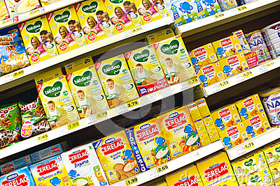 在超级市场的婴儿食品 编辑类照片