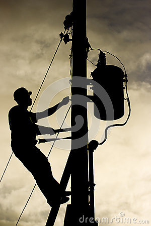 在输电线岗位的工作者剪影