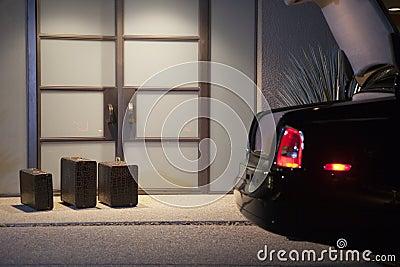 在门道入口的手提箱