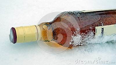 在雪的威士忌酒瓶