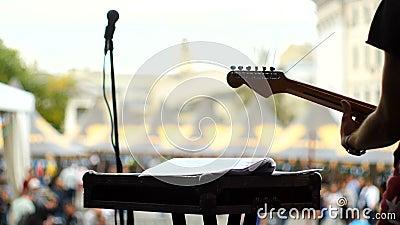 在音乐会的吉他弹奏者戏剧 股票录像