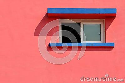 在颜色墙壁上的视窗